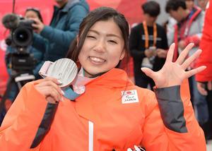 5種目全てでメダルを獲得した村岡はアルペン女子回転の銀メダルを手に5のポーズ(撮影・鈴木みどり)