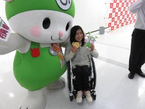 村岡はふっかちゃんの祝福に笑顔(撮影・小堀泰男)
