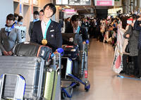 帰国の日本選手団に出迎え800人、羽生に黄色い声 - 五輪一般 : 日刊スポーツ