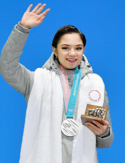 平昌冬季五輪のフィギュアスケート女子で獲得した銀メダルを胸に歓声に応えるOARのエフゲニア・メドベージェワ(共同)