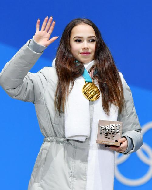平昌冬季五輪のフィギュアスケート女子で獲得した金メダルを胸に歓声に応えるOARのアリーナ・ザギトワ(共同)
