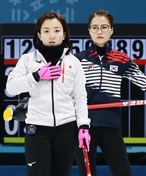 第2エンド、ストーンの行方を見つめる藤沢(左)と藤沢を見つめる韓国の金ウンジョン(共同)