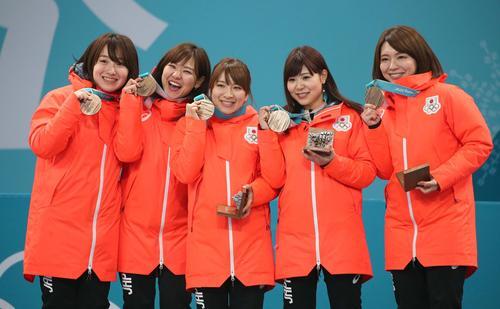 銅メダルを笑顔で掲げる左から藤沢、吉田知、鈴木、吉田夕、本橋(撮影・黒川智章)