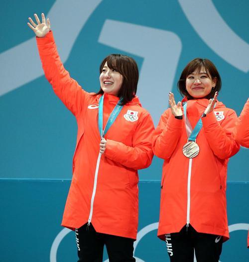 銅メダルを首から下げ観客に手を振る藤沢。右は吉田知(撮影・黒川智章)