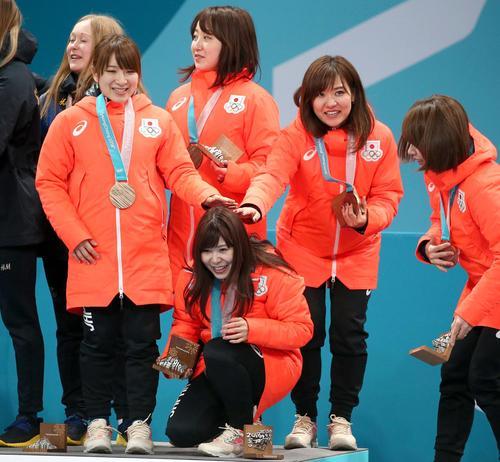 銅メダルが吉田夕梨花の頭に当たり、頭をさする鈴木(左)と吉田知(右から2人目)(撮影・黒川智章)
