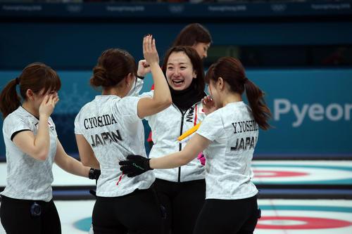 英国を下して銅メダルが決まり喜び合う藤沢五月(右から2人目)。左から鈴木、吉田知、1人おいて吉田夕(撮影・PNP)
