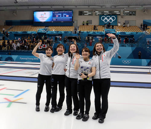 平昌五輪 カーリング女子3位決定戦 日本対英国 英国を下して銅メダルが決まり、スタンドに手を振る、左から吉田夕梨花、吉田知那美、藤沢五月、鈴木夕湖、本橋麻里(撮影・PNP)=2018年2月24日