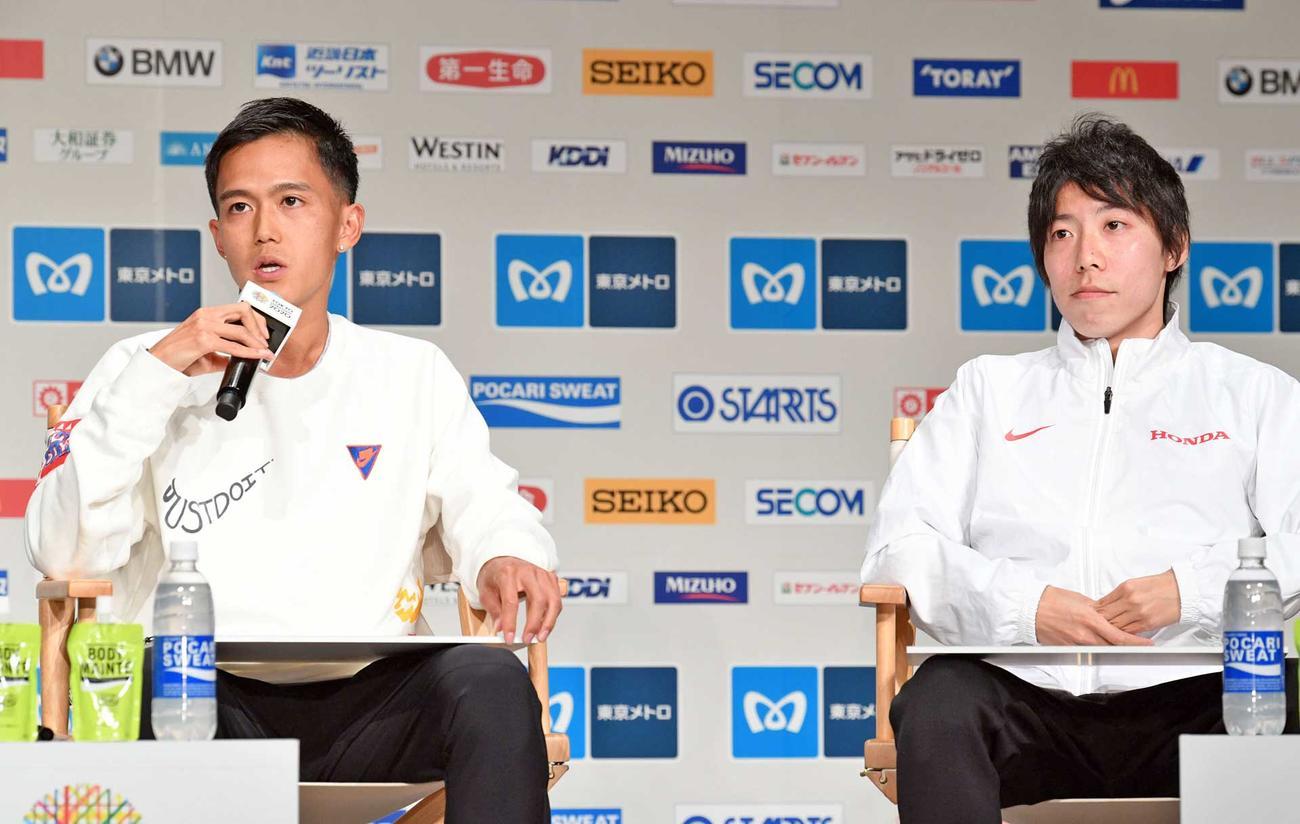 東京マラソン2020プレスカンファレンスで会見する大迫(左)と設楽(撮影・滝沢徹郎)