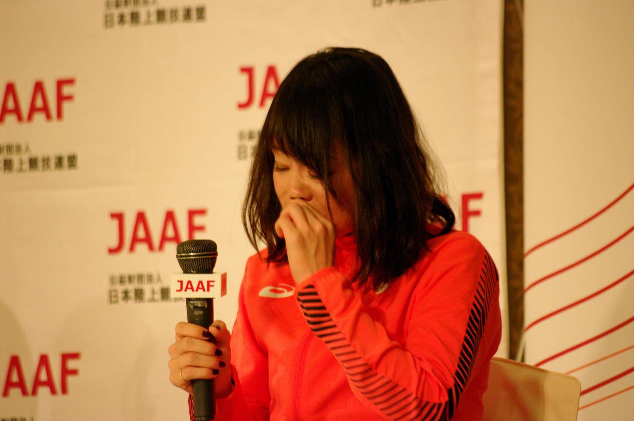 東京五輪マラソン代表内定会見に補欠として出席し、涙を流す松田(撮影・奥岡幹浩)