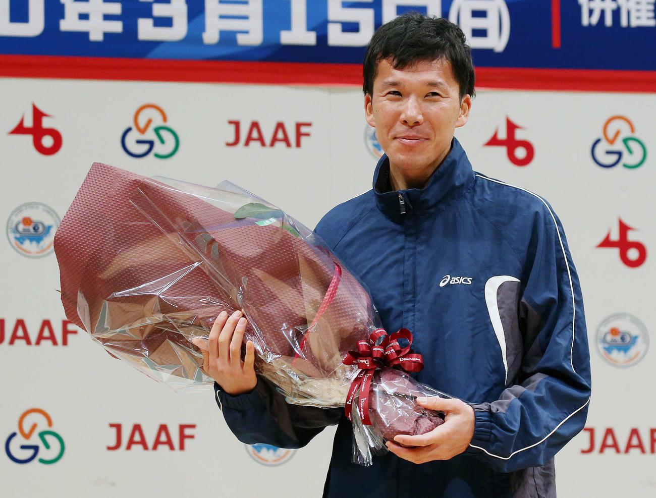レース後、引退セレモニーで花束を手に笑顔を見せる山崎(撮影・河野匠)