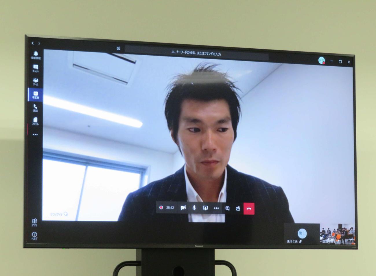 テレビ電話方式で取材に応じる沢野(撮影・上田悠太)