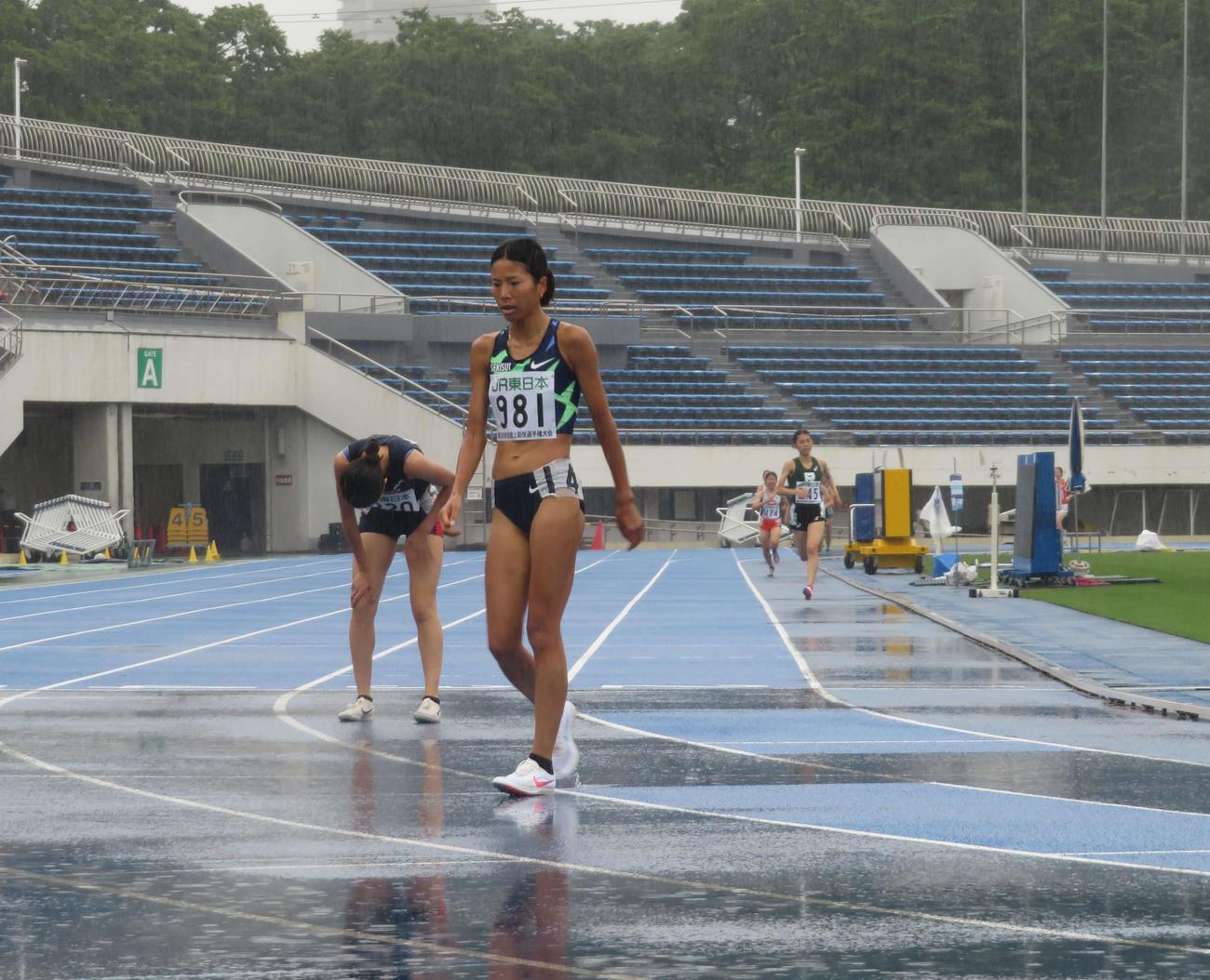 女子1500メートル予選で1着でフィニッシュした新谷(撮影・上田悠太)