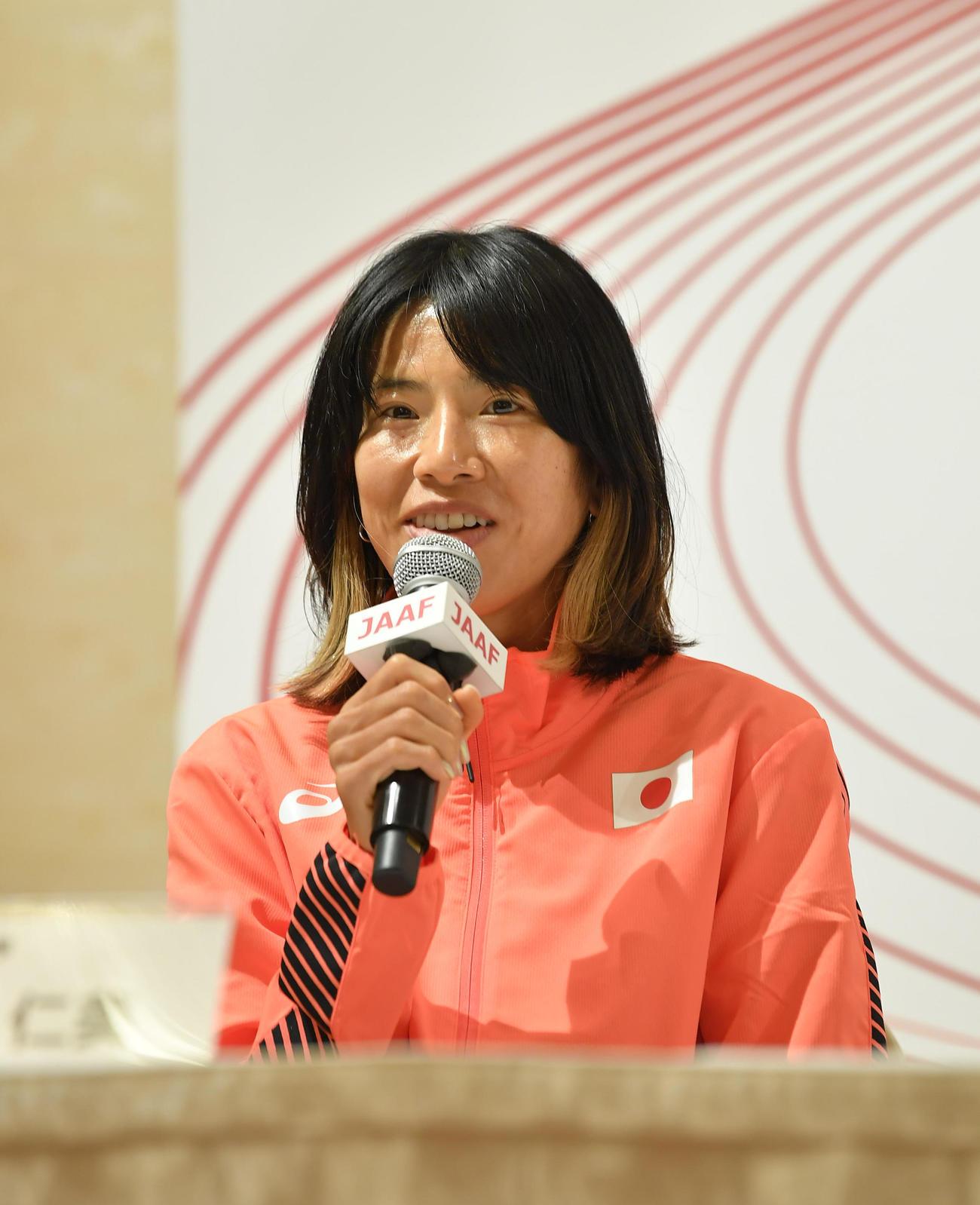 東京五輪代表に決まり記者会見で笑顔を見せる女子1万メートルの新谷仁美(代表撮影)