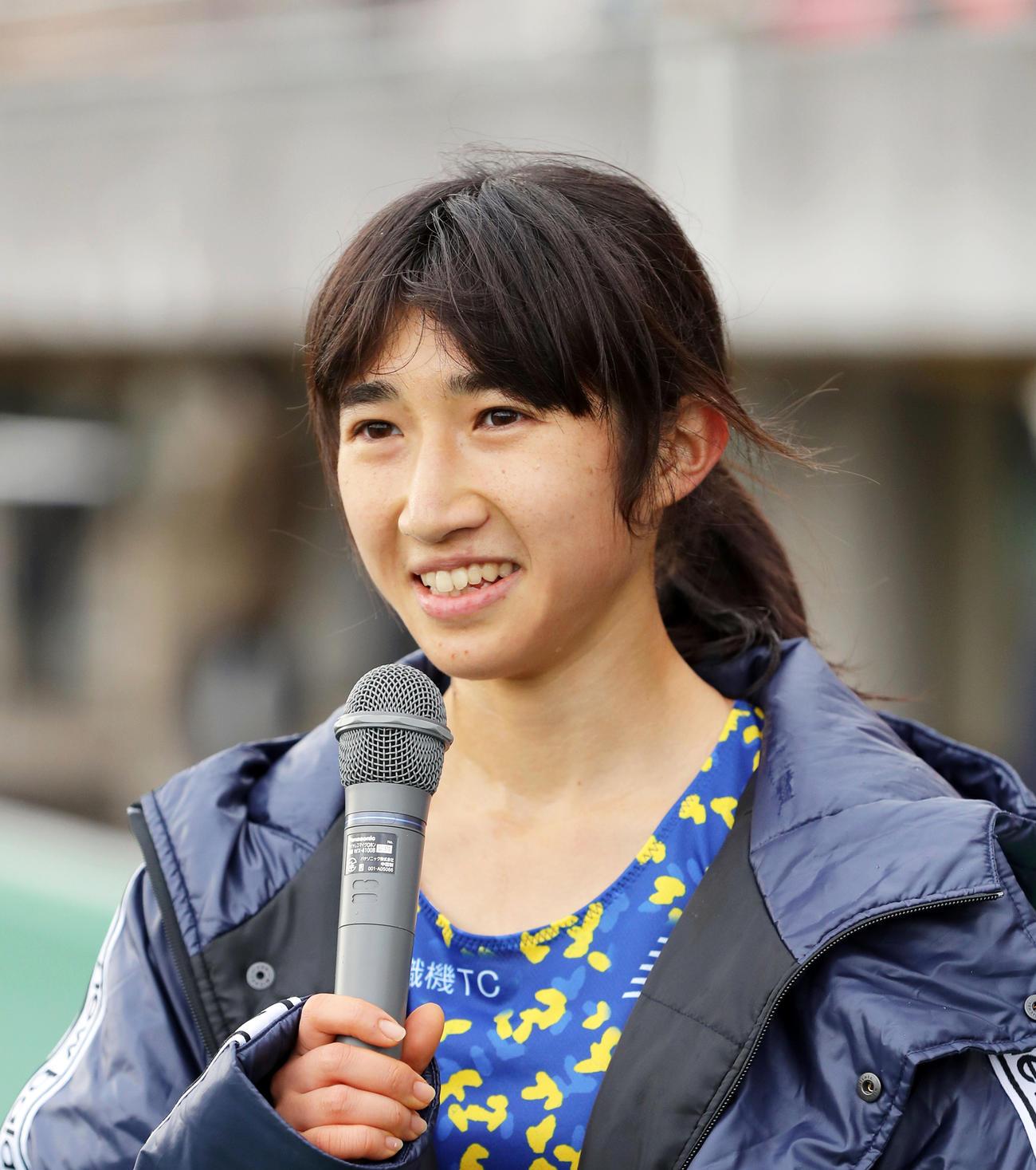 レース後のインタビューで笑顔を見せる田中希実(撮影・前田充)