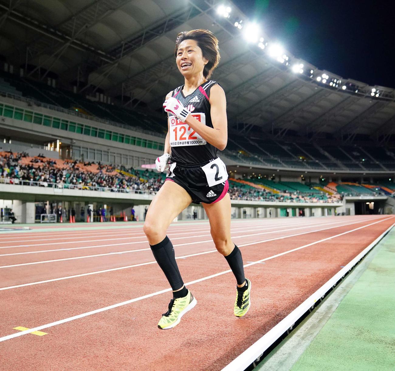 女子1万メートルで笑顔を見せながら力走する福士(撮影・江口和貴)
