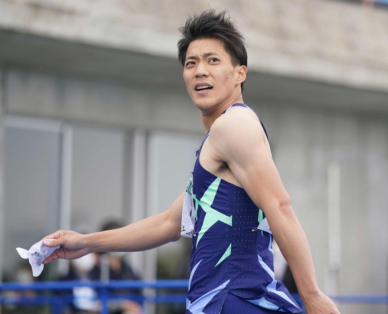 男子100メートル予選でタイムを確認する山県(撮影・鈴木みどり)