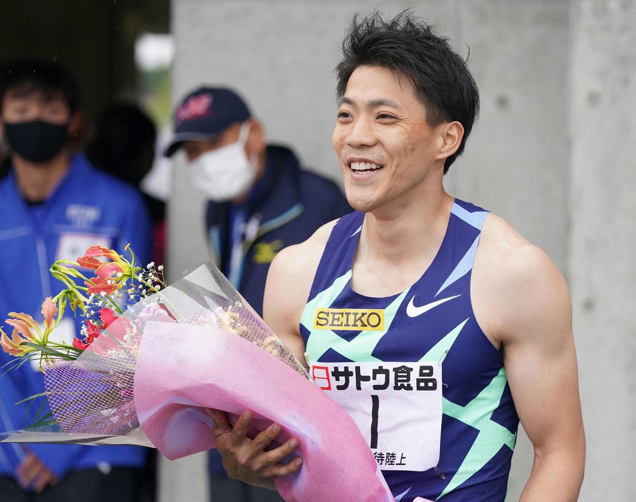 男子100メートル決勝で優勝し、笑顔の山県(撮影・鈴木みどり)