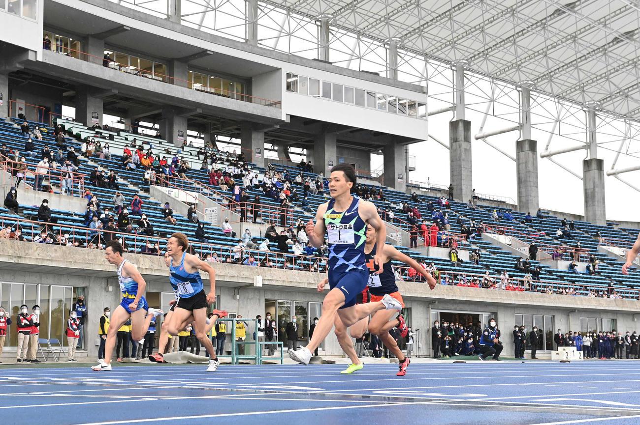 男子100メートル決勝で優勝した山県(右)(撮影・鈴木みどり)