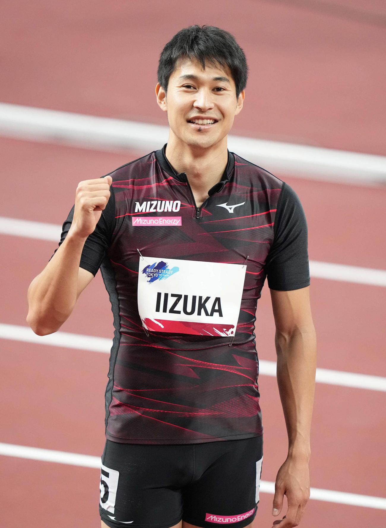 男子200メートルで優勝しガッツポーズする飯塚(撮影・鈴木みどり)