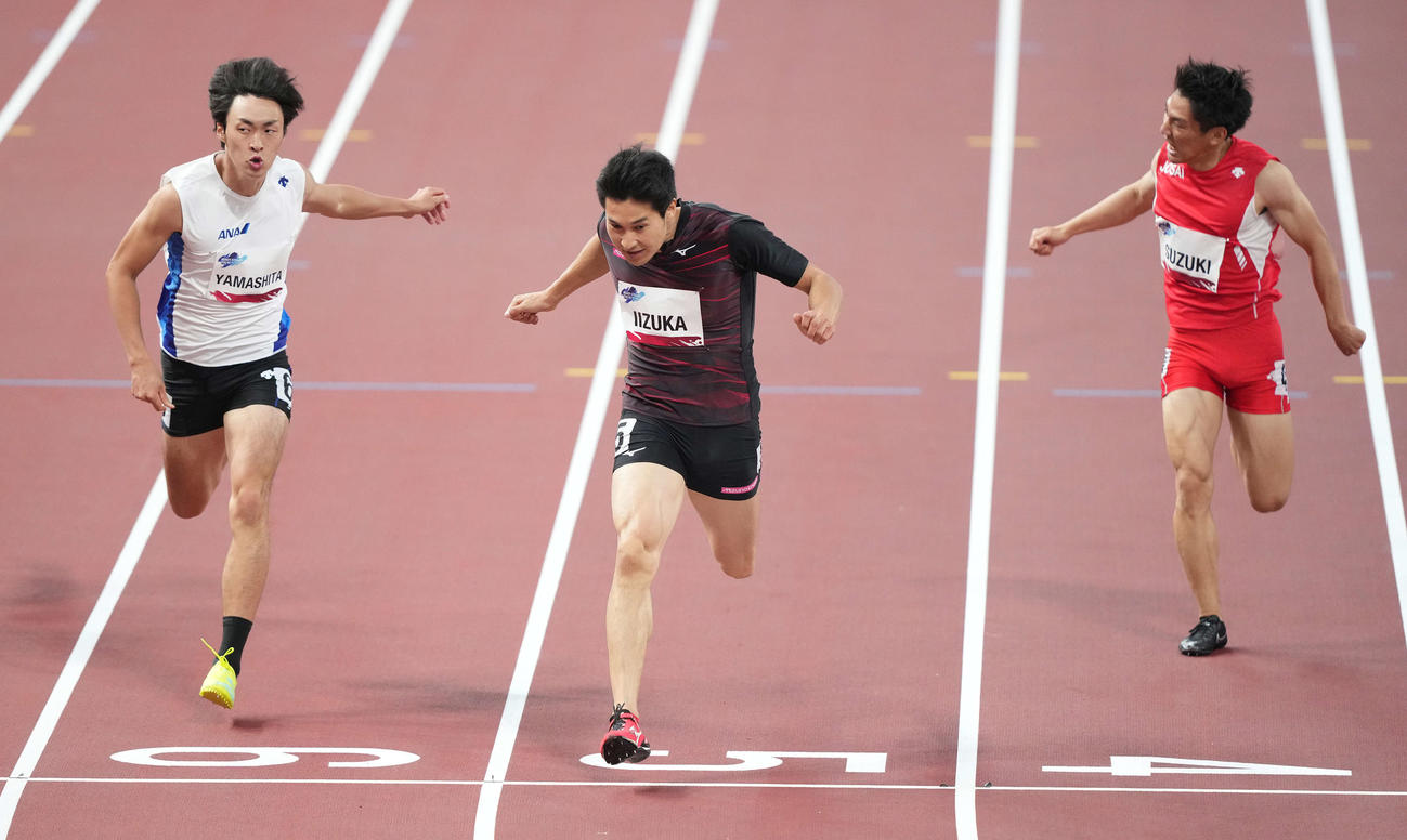 男子200メートルで優勝した飯塚(中央)(撮影・鈴木みどり)