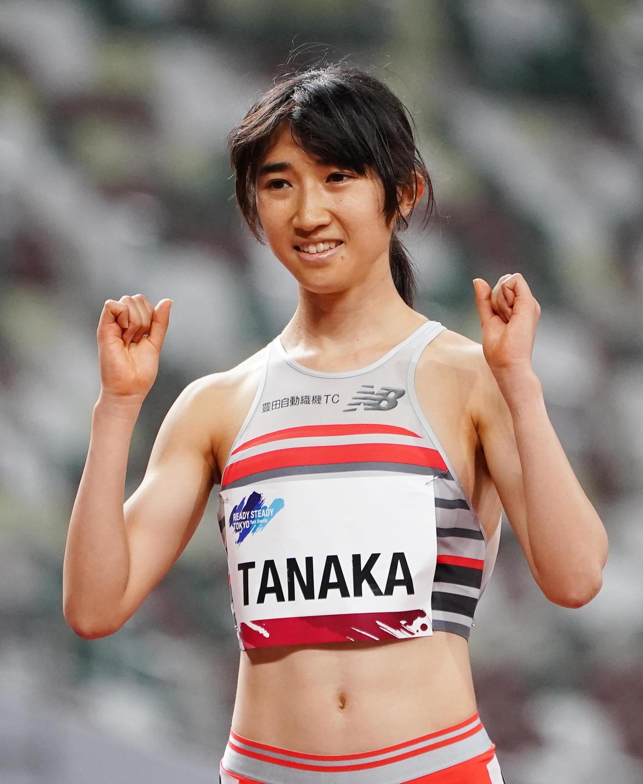 女子1500メートルで優勝しポーズをとる田中(撮影・菅敏)