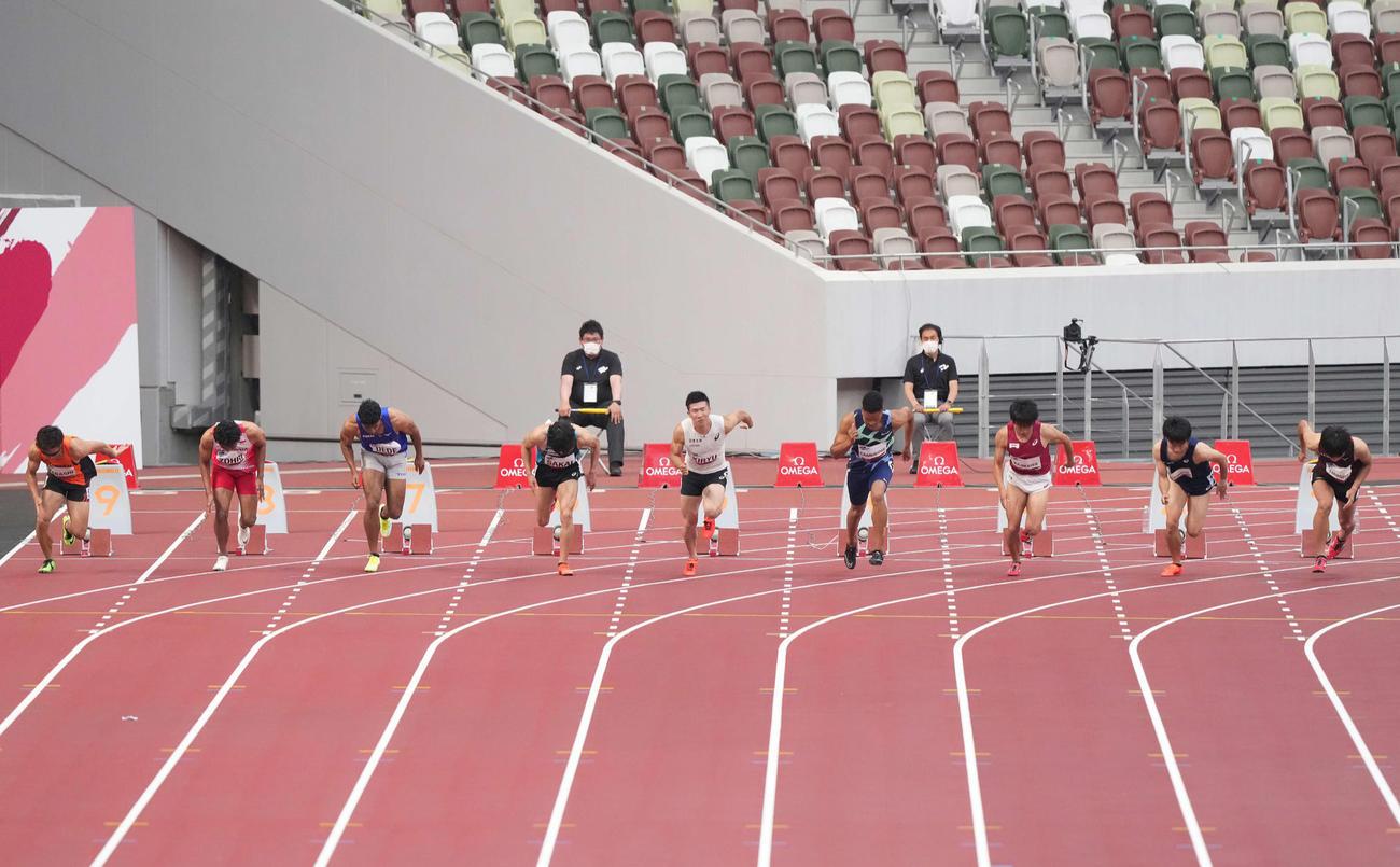 男子100メートル予選のスタートでフライングする桐生(中央)(撮影・鈴木みどり)
