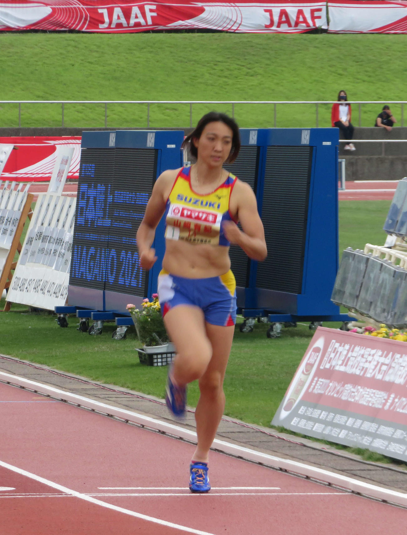 最終種目の女子800メートルを走り終えた山崎(撮影・上田悠太)