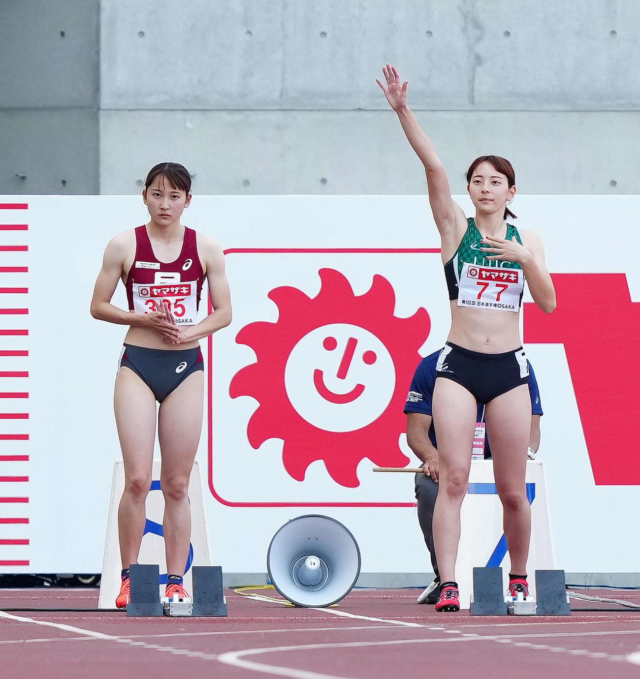 女子100メートル予選5組に出場する壱岐姉妹。左は妹あいこ、右は姉いちこ(撮影・江口和貴)