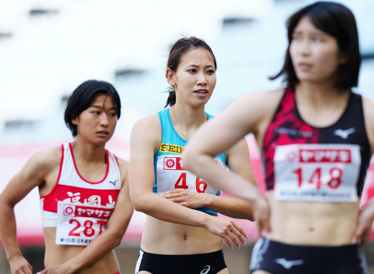 女子100メートル予選4組、5着となり厳しい表情の福島(中央)(撮影・江口和貴)