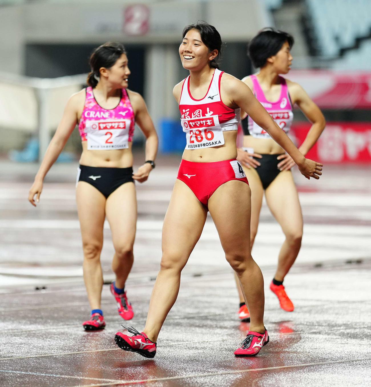 女子100メートルで優勝し笑顔を見せる児玉(中央)(撮影・江口和貴)