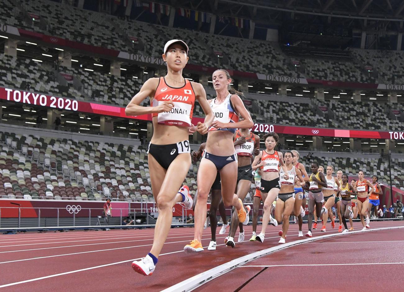 女子5000メートル予選 力走する広中(手前)(共同)