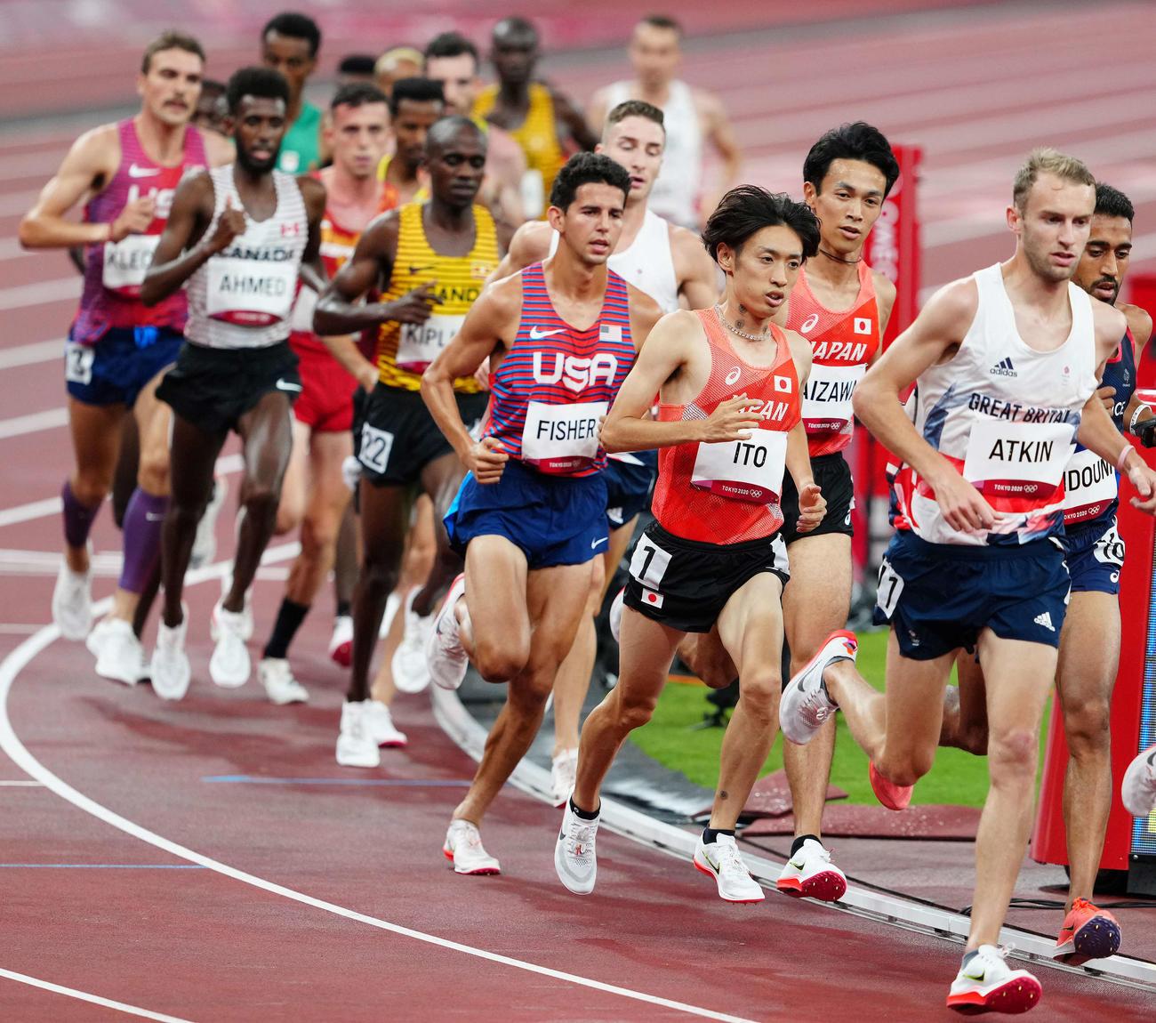 男子1万メートル決勝、力走する相沢(右から3人目)と伊藤(同4人目)(中央(撮影・江口和貴)