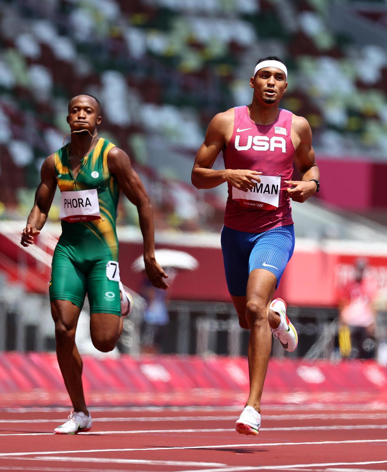 陸上男子400メートル 準決勝進出を決めたアメリカのマイケル・ノーマン(右=ロイター)
