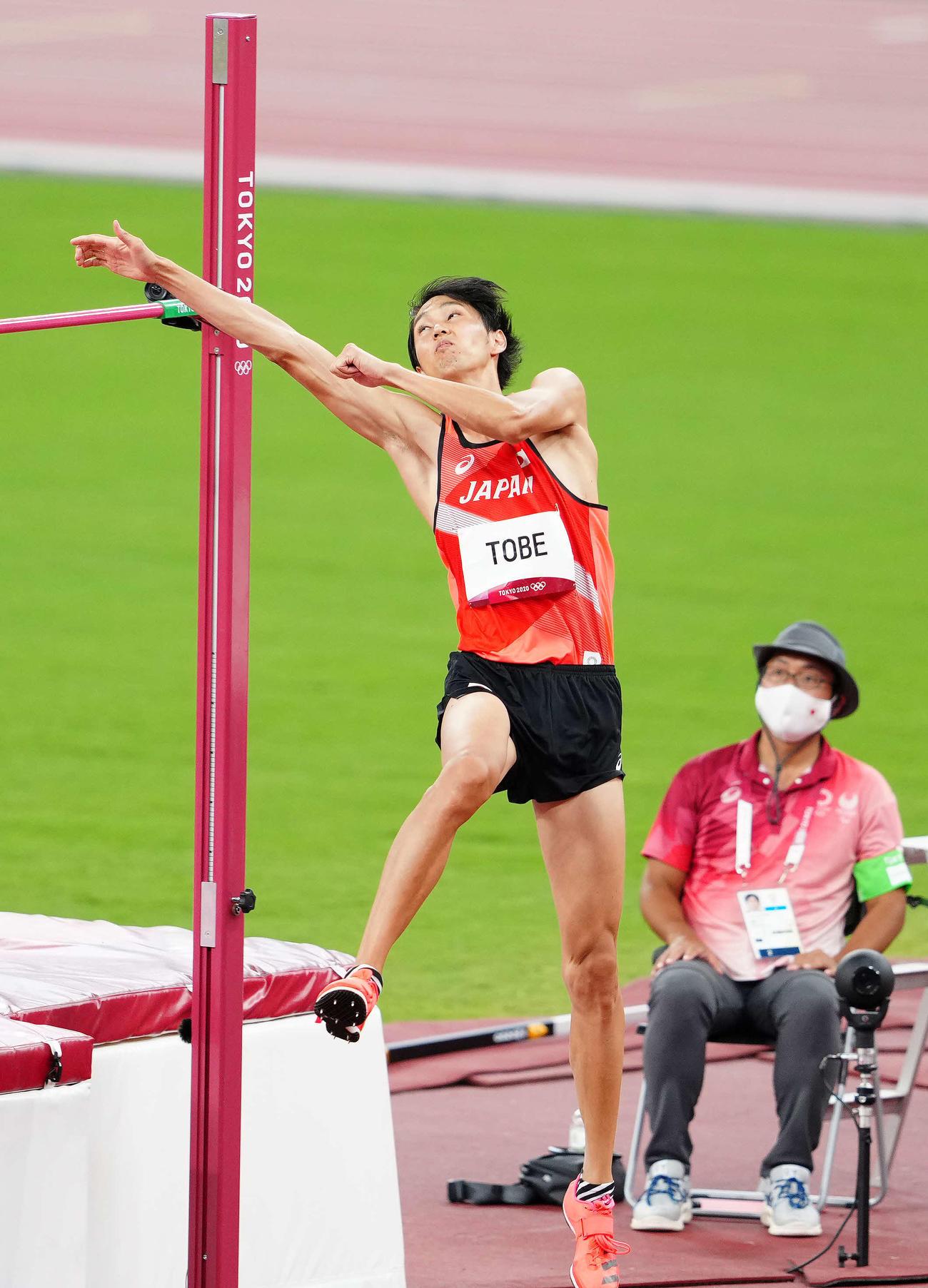 男子走り高跳び決勝、2メートル24をクリアする戸辺(撮影・江口和貴)