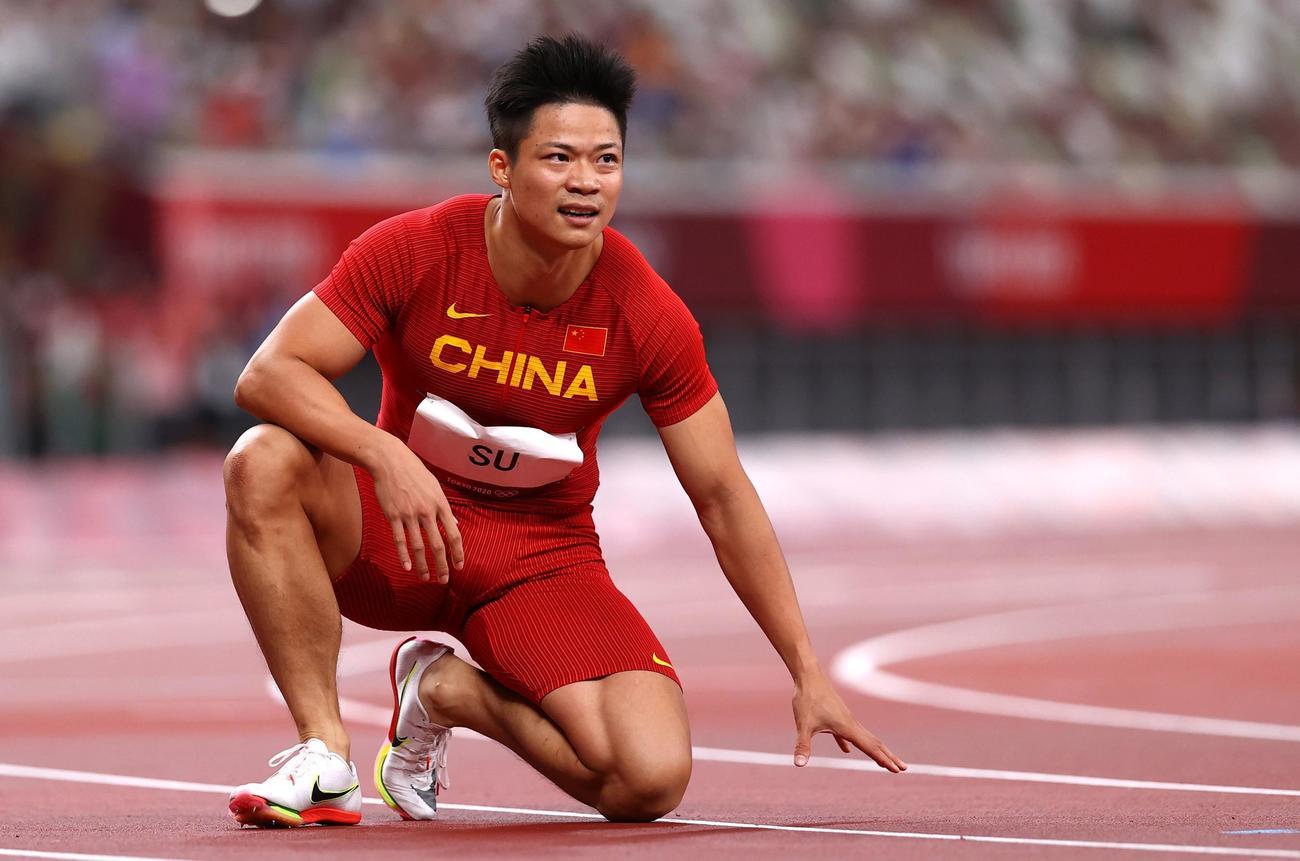 陸上男子100メートル決勝 中国の蘇炳添は激走も6位となり、ゴール後ひざをつく(ロイター)