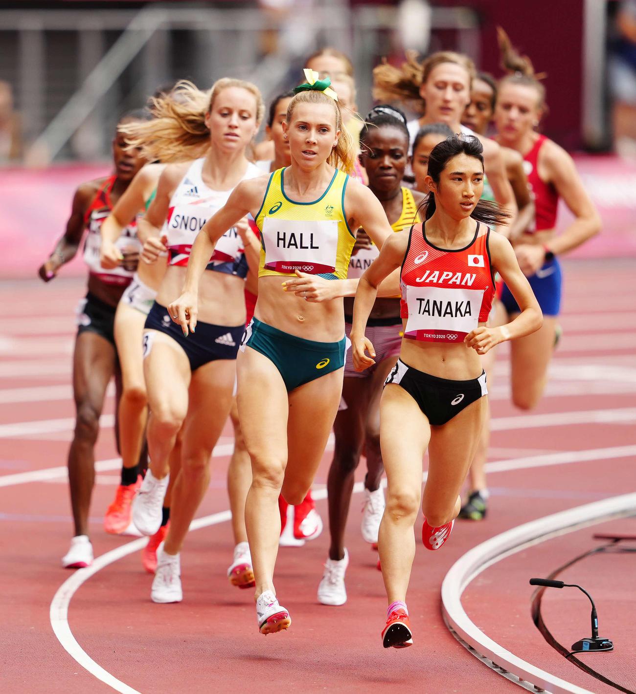 女子1500メートル予選3組、先頭で周回する田中(右端)(撮影・江口和貴)