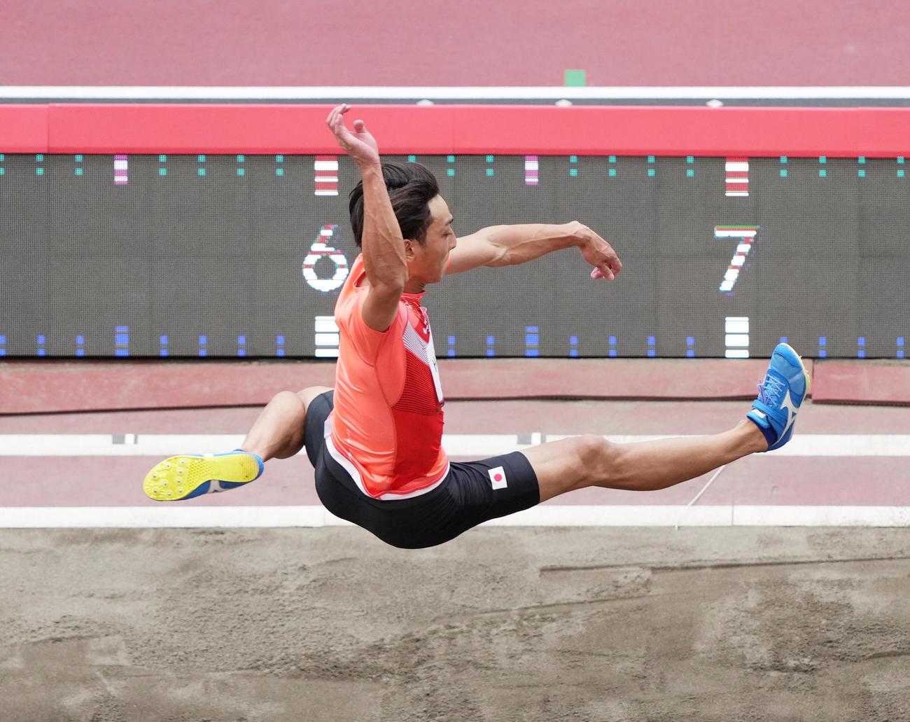男子走り幅跳び決勝で1回目の跳躍をする橋岡