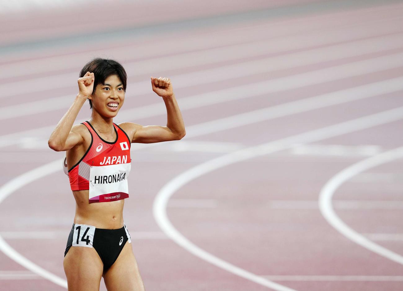 女子5000メートル決勝後、日本新で9位でフィニッシュした広中は関係者にガッツポーズを見せる(撮影・江口和貴)