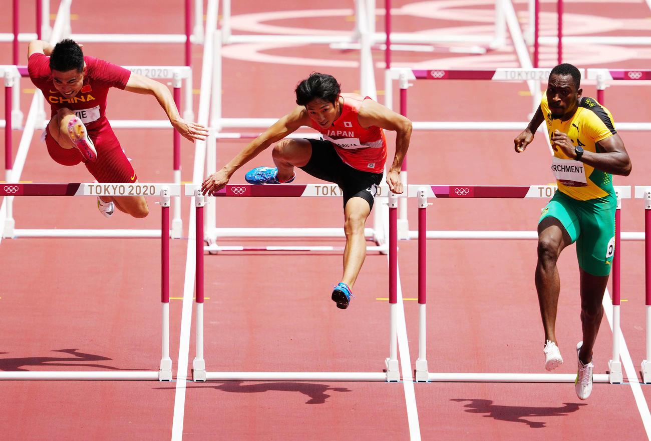 男子110メートル障害準決勝3組、3着となった泉谷(中央)(撮影・江口和貴)