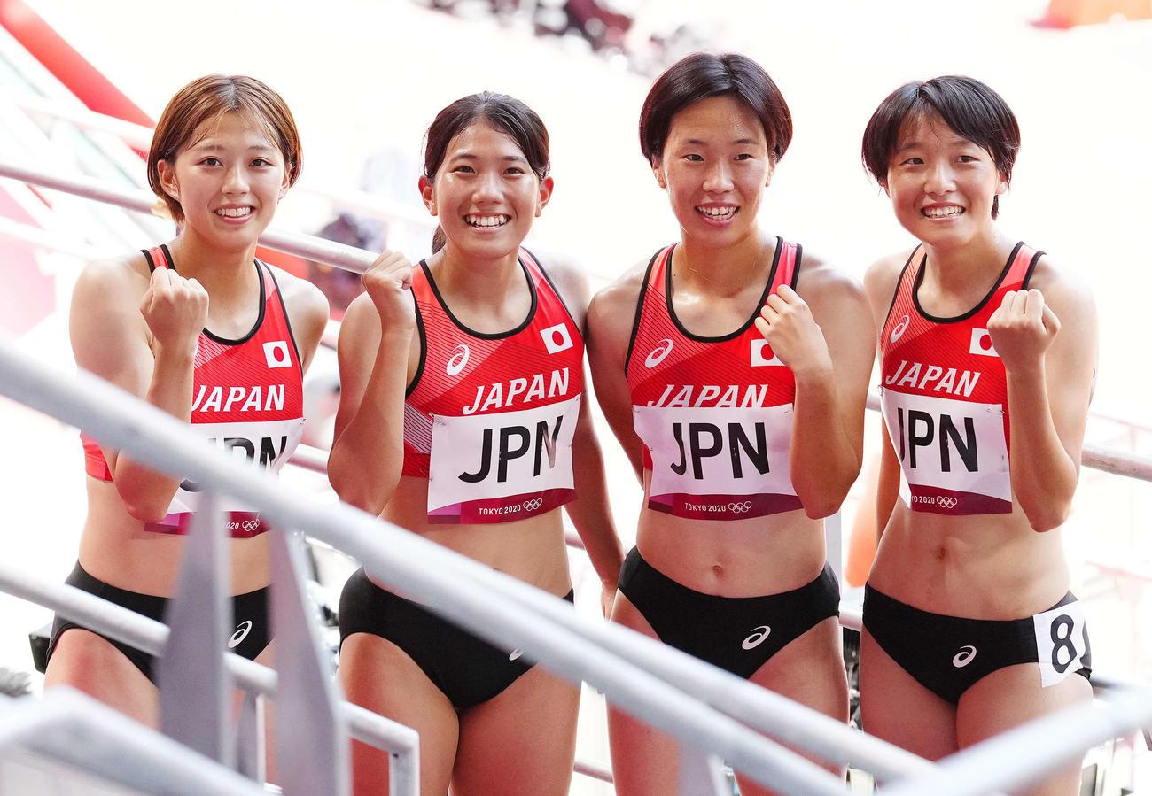 女子400メートルリレー予選のレース後、写真に納まる日本の選手たち。左から1走の青山、2走の児玉、3走の斎藤、4走の鶴田(撮影・江口和貴)