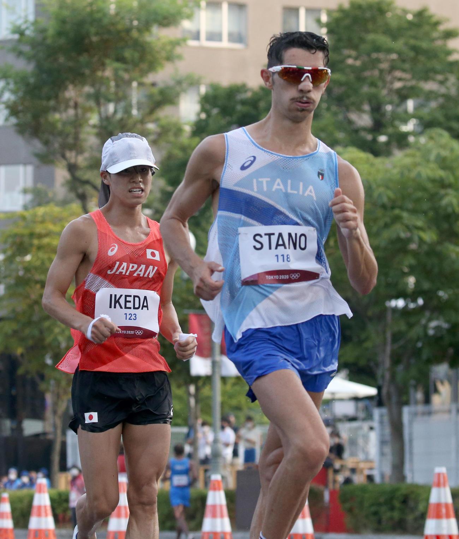 男子20キロ競歩でイタリアのスタノ(右)に懸命に食らいつく池田(撮影・佐藤翔太)