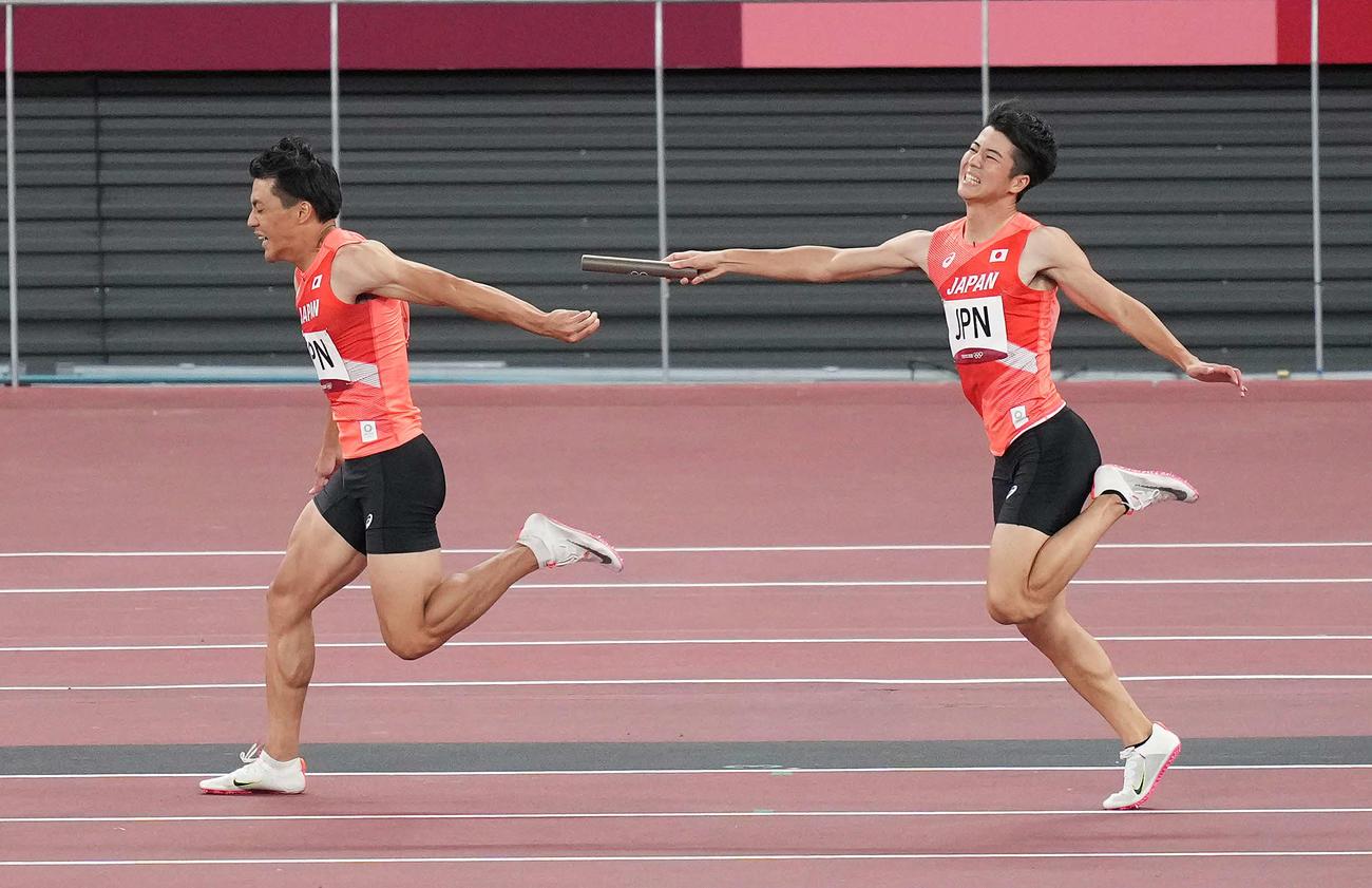 男子400メートルリレー決勝 第2走者の山県(左)にバトンパスできない第1走者の多田(撮影・鈴木みどり)
