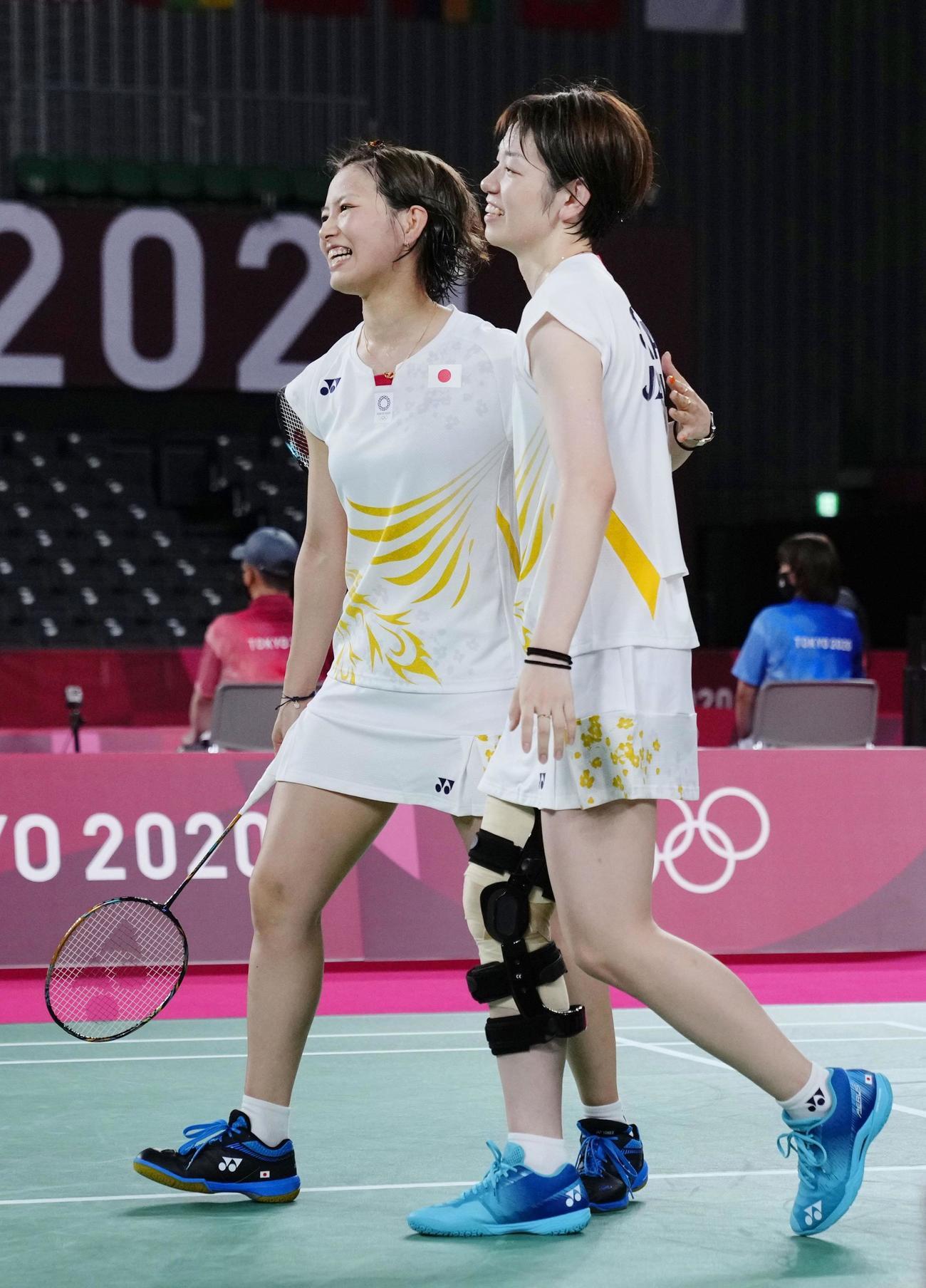 女子ダブルス1次リーグ マレーシアペアに勝利し笑顔の福島由紀(左)、広田彩花組(共同)