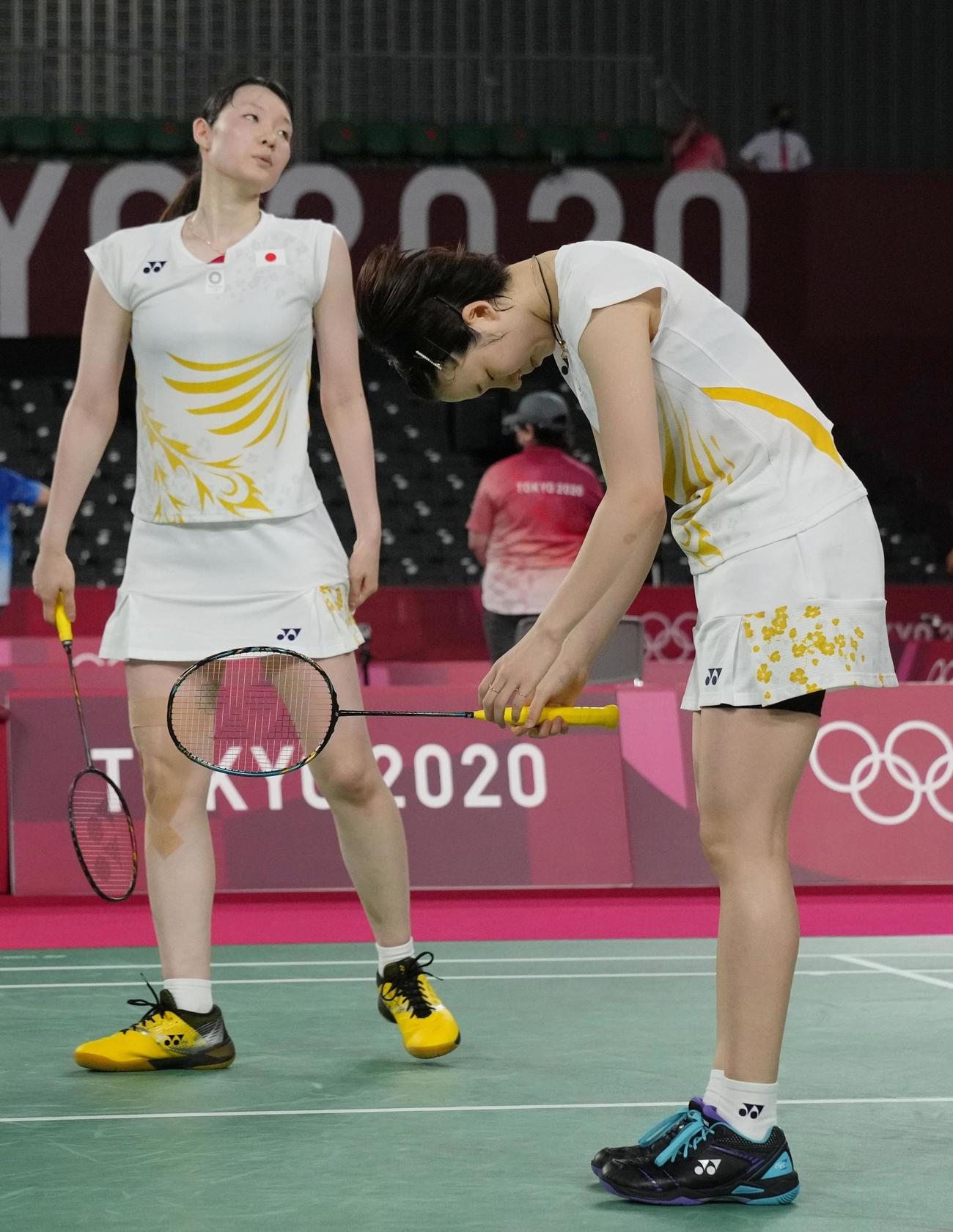 女子ダブルス準々決勝 韓国ペアにポイントを奪われ肩を落とす永原和可那(右)、松本麻佑組(共同)