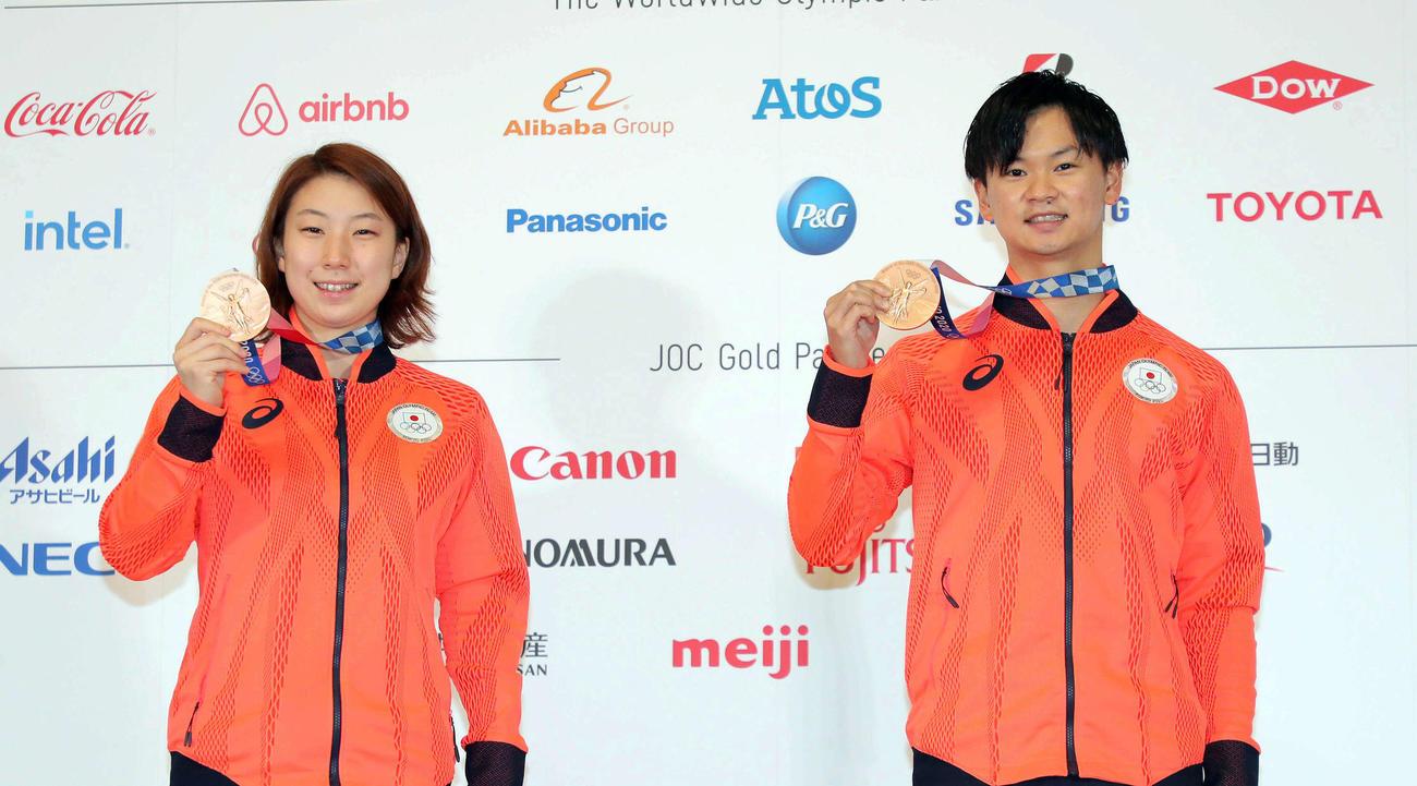 銅メダルを獲得した東野有紗(左)と渡辺勇大(2021年7月31日撮影)