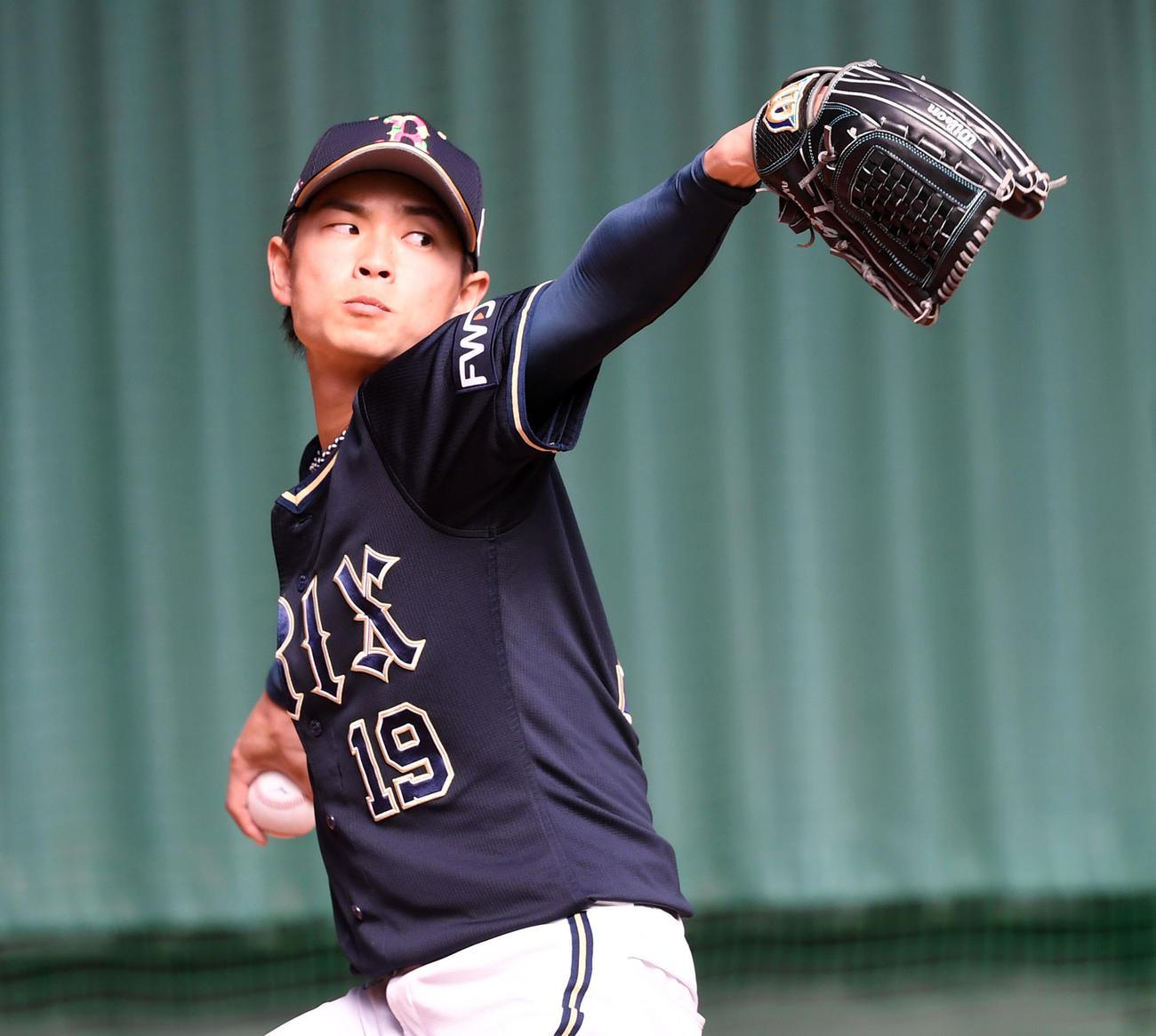 ブルペンで投球練習を行うオリックス山岡(撮影・前岡正明)