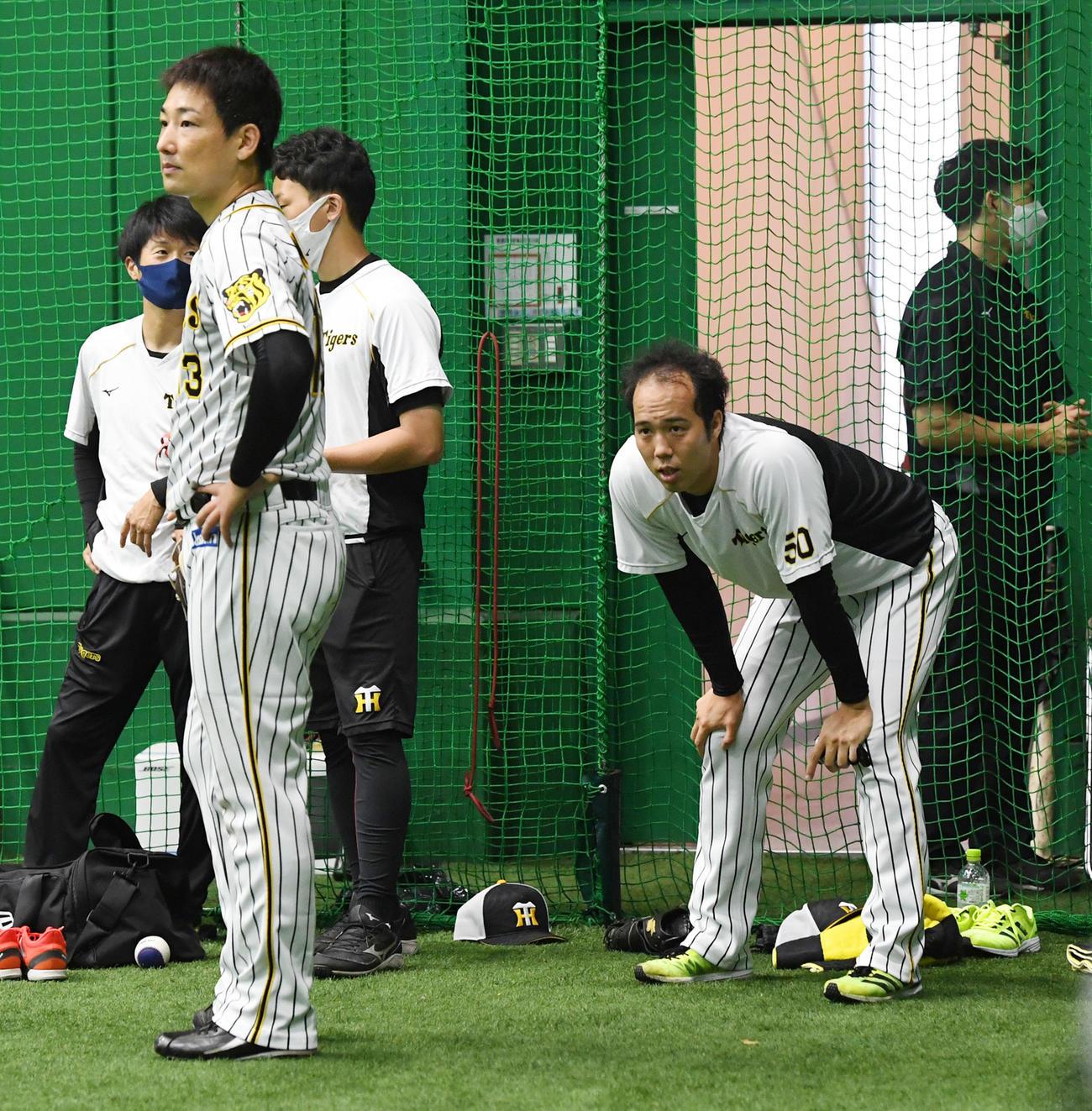 練習を行う岩崎優(左)と青柳(撮影・前岡正明)