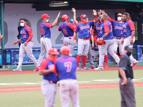 日本対ドミニカ共和国 7回表ドミニカ共和国2死一、二塁、バレリオ(手前右)が先制の2点適時二塁打を放ち、歓喜に沸くドミニカ共和国ベンチ(撮影・河野匠)