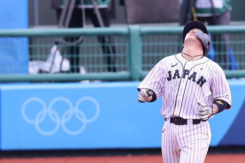 日本対ドミニカ共和国 7回裏日本2死三塁、右飛に倒れ天を仰ぐ甲斐(撮影・河野匠)