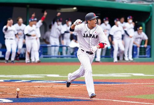 日本対ドミニカ共和国 9回裏日本1死満塁、サヨナラ打を放ちガッツポーズを見せる坂本(撮影・江口和貴)